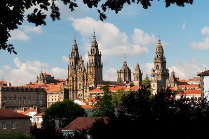 Catedral de santiago de compostela destacando sobre los tejados de la ciudad - La casa del libro santiago de compostela ...